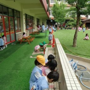 幼稚園の園庭を人工芝にの施工事例アイキャッチ画像