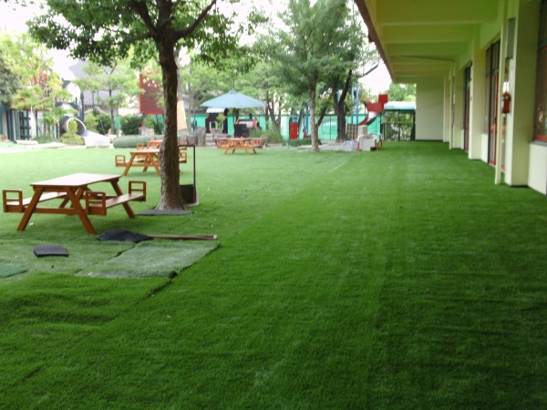 幼稚園の園庭を人工芝に施工後の写真1