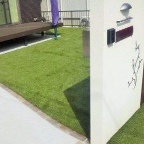 緑と白が映えるお庭にの施工事例アイキャッチ画像